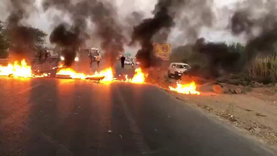 Huzistanlı göstericiler yollarda ateşe verdikleri lastik ve arabalarla polisle aralarına barikat oluşturdu.