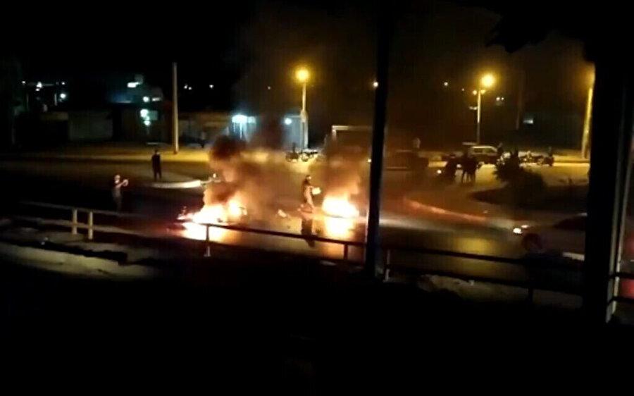 İranlı yetkililer olaylarla ilgili yaptıkları açıklamalarda göstericilerin silah kullandığını iddia etti ve sosyal medyaya da bu yönde görüntüler yansıdı.