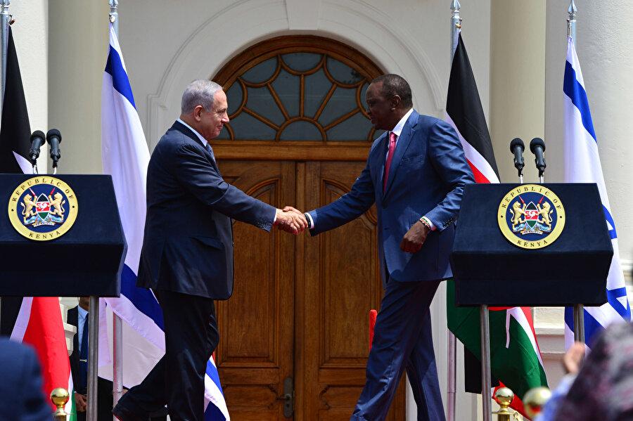 İsrail Başbakanı Binyamin Netanyahu (solda) Kenya Devlet Başkanı Uhuru Kenyatta ile el sıkışırken.