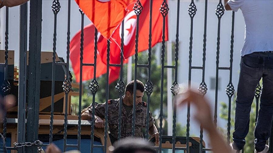 Askerlerin meclisin önünü kapatmasıyla darbeye destek veren ve karşı çıkan Tunuslular meclis önünde karşı karşıya geldi.