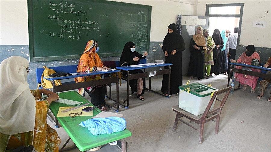 Pakistan Adalet Hareketi Partisi'nin kadınlara, dini liderlere ve teknokratlara ayrılan 8 sandalyeden de 6'sını garantilediği söyleniyor.