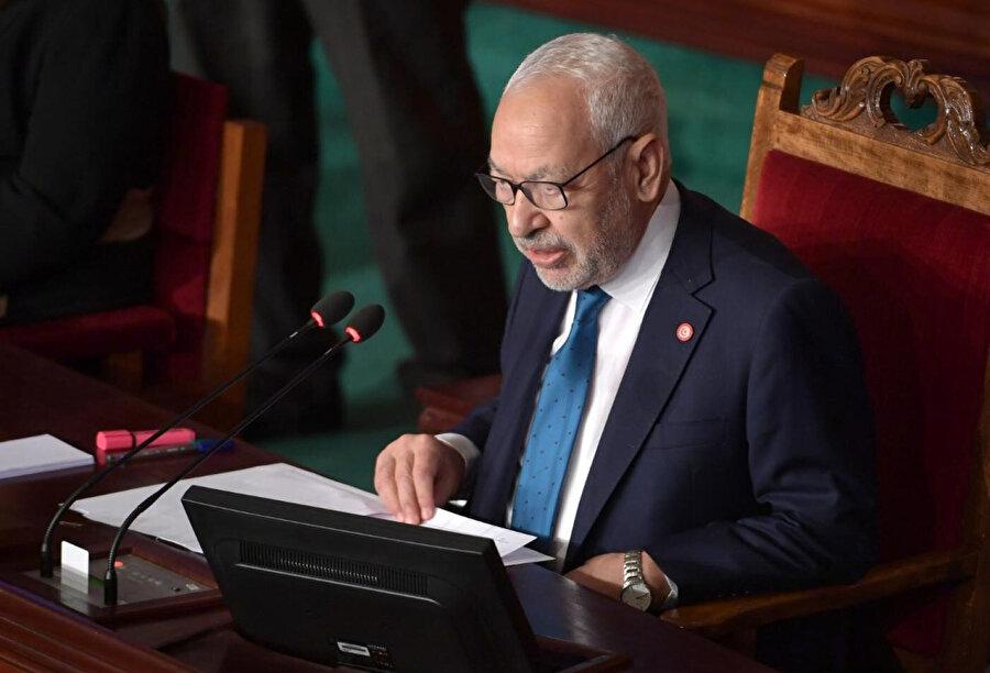 Nahda'nın lideri ve meclis başkanı Gannuşi, hükümetin görev başında olduğunu ilan etti.