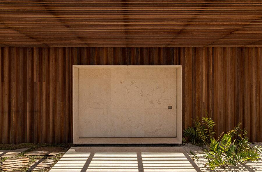 Ahşap bir cepheye sahip olan yapıda ana giriş, daha açık bir tonla vurgulanıyor.
