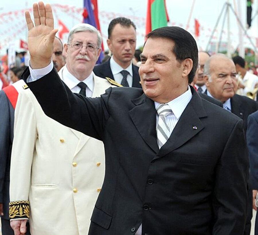 Tunus'u 24 yıl otokratik rejimle yöneten ve Yasemin Devrimi olarak adlandırılan halk ayaklanmaları sonucu bir daha dönmemek üzere ülkesinden kaçan devrik Devlet Başkanı Zeynel Abidin bin Ali.