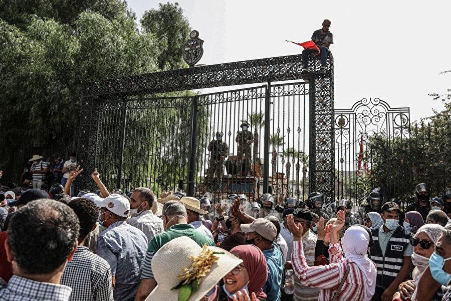 Pazartesi günü söz konusu kararların destekçileri ve karşıtları Tunus Meclisi önünde karşı karşıya geldi.