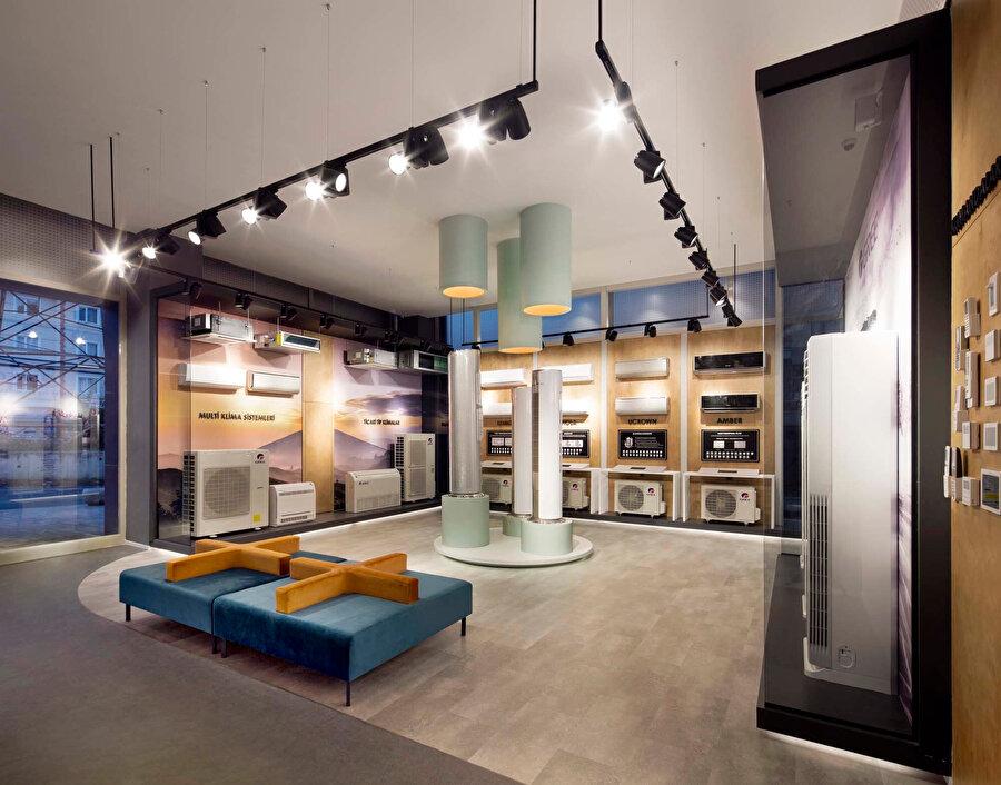 Vitrin içlerinde ve tavanda kullanılan aydınlatmalar sayesinde ürün özellikleri rahatça okunabiliyor.