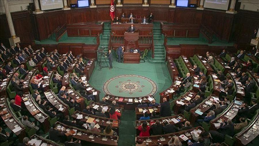 Raşid Gannuşi'nin liderlik ettiği Nahda Hareketi ve Tunus'un Kalbi Partisi Tunus Meclisi'nde çoğunluğu oluşturuyor.