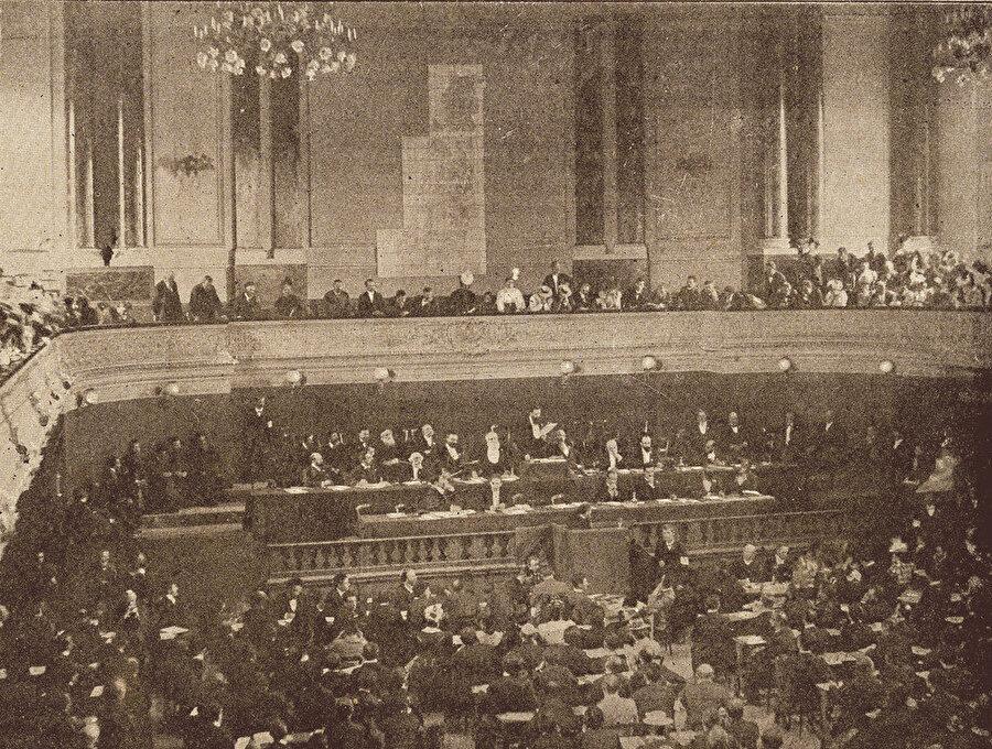 » Theodor Herzl konuşuyor: 1898 yılında İsviçre'nin Basel şehrinde düzenlenen İkinci Siyonist Kongre'nin açılışında başkan Theodor Herzl açış konuşması yapıyor. Herzl'in Abdülhamid ile görüşmesi bu kongreden 2 yıl sonraya rastlar.