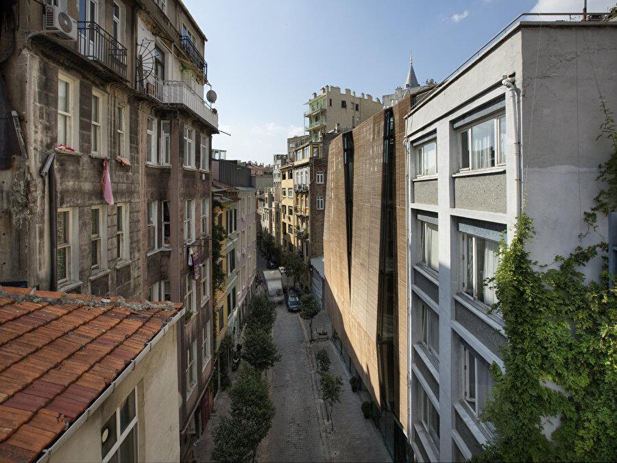 Galata'nın klasik sokaklarından Tatar Beyi Sokak ve İpera 25.