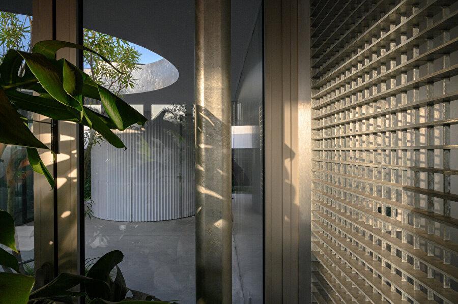 Pavyonların bazıları açık veya kısmen korunaklı bırakılmış, bazıları ise tamamen cam veya opak duvarlarla kaplanmış. Bu farklı tasarımlar, her birine kendine özgü bir atmosfer ve doğal ışık görüntüsü veriyor.