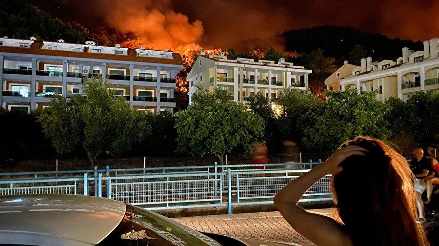 Marmaris ilçesinde dün öğle saatlerinde çıkan ve 1 kişinin yaşamını yitirdiği orman yangını devam ediyor