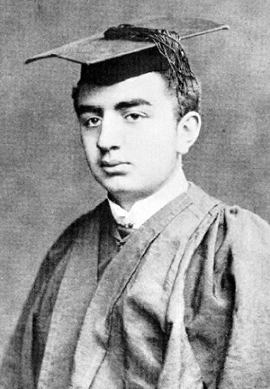 Gülbenkyan'ın King College mezuniyet fotoğrafı.
