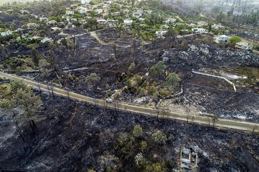 Antalya'nın Manavgat ilçesindeki orman yangınına havadan ve karadan müdahale sürüyor