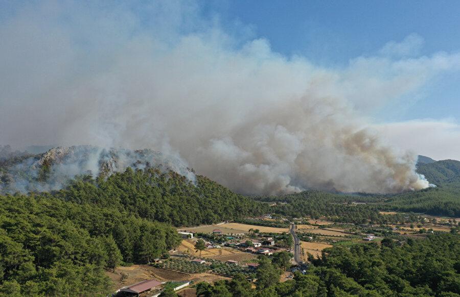 Muğla'nın Marmaris ilçesinde devam eden orman yangınına, havadan ve karadan müdahale ediliyor