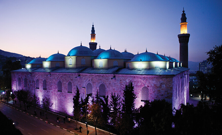 » Osmanlı'nın kalbi Yıldırım Bayezid döneminde inşa edilen Bursa Ulucami, Mekke, Medine, Kudüs ve Şam'dan sonra İslamın beşinci kutsal mabedi olarak kabul ediliyor.
