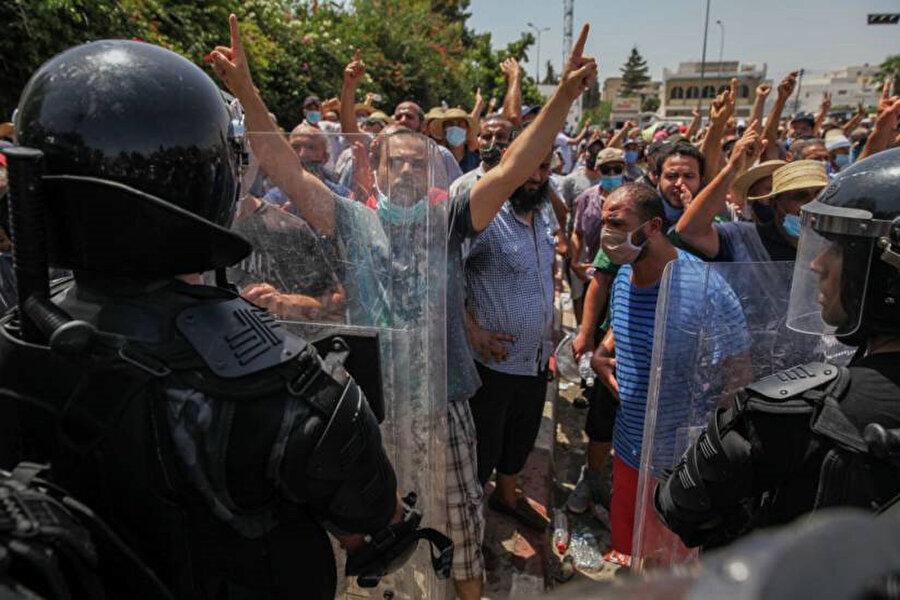 Tunus Meclisi önünde Said'in kararlarını protesto eden Tunus vatandaşları.