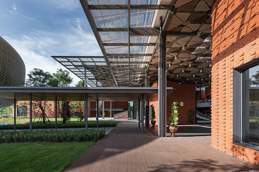 Konsol uzayan çatı elemanları, sirkülasyon alanlarında gölge mekanların oluşmasını sağlıyor.