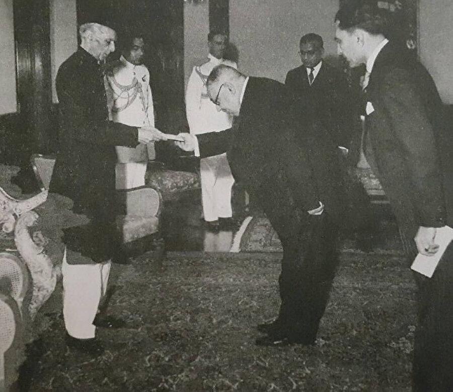 Türkiye Cumhuriyeti'nin Pakistan nezdindeki ilk büyükelçisi Yahya Kemal Beyatlı, başkent Karaçi'de Pakistan Devlet Başkanı Muhammed Ali Cinnah'a itimat mektubunu sunarken, 4 Mart 1948.