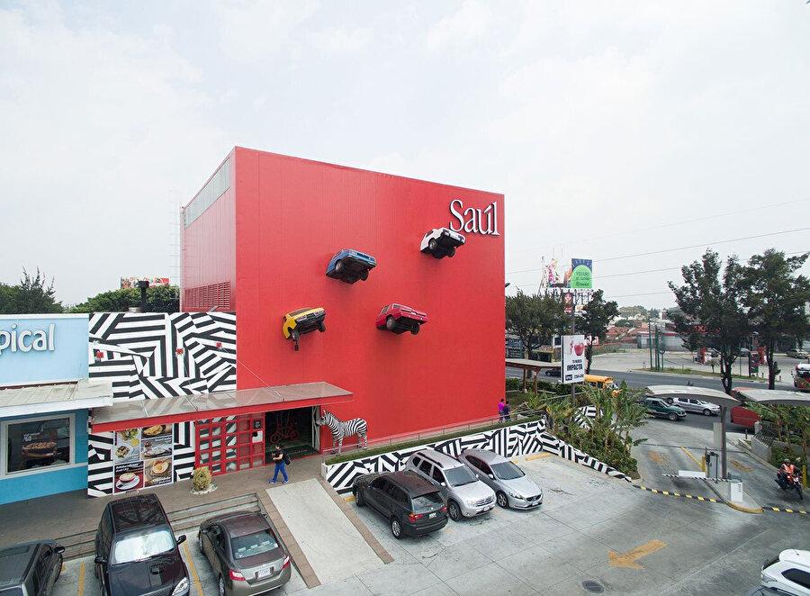 Restoranı, 1953 yılında erkek modası üzerine kurulup gastronomi dünyasına da geçiş yapan Saul markası işletiyor.
