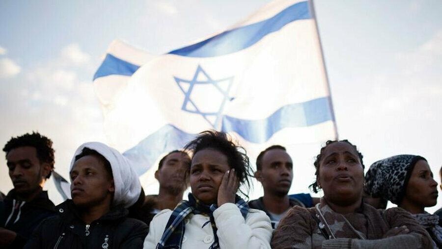 """Eski İsrail Başbakanı Binyamin Netanyahu da daha önce yaptığı açıklamada, son dönemde İsrail ile Afrika ülkeleri arasında gelişen ilişkilere işaret ederek, """"Afrika'nın kalbine ulaşmaya çalışıyoruz."""" ifadesini kullanmıştı."""