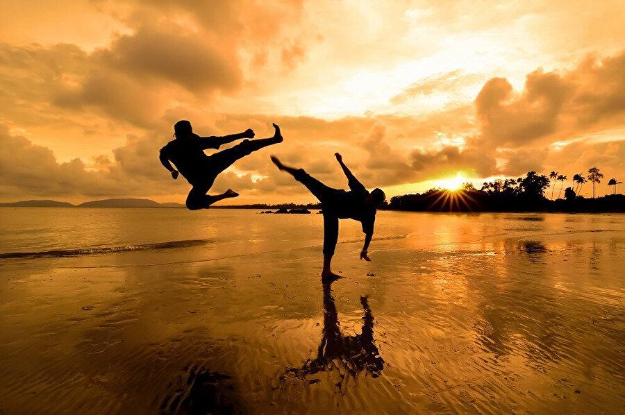 Kung Fu'nun din ile içli dışlı olması ona sadece mücadele sanatı olmanın ötesinde farklı bir boyut kazandırmıştır.