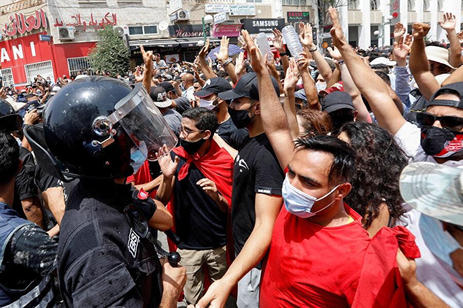 Said'in kararları sonrası Said yanlısı ve Nahda yanlısı gruplar kimi bölgelerde karşı karşıya gelmişti.