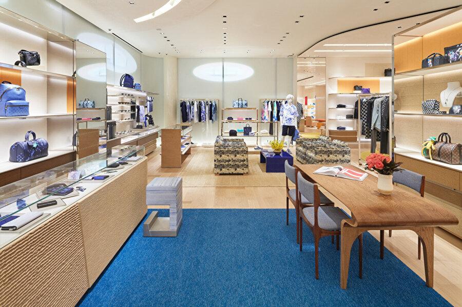 Mekansal ayrım, renk geçişleri ve mobilya çeşitliliği ile yapılıyor.