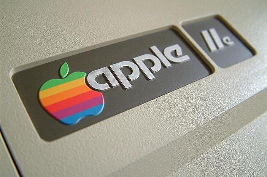 Renkli Apple logosunun kullanımı.