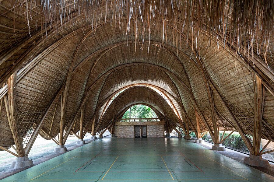 The Arc, 19 metre açıklığı, 14 metre yükseklik ile geçen bir dizi bambu kemerden meydana geliyor.
