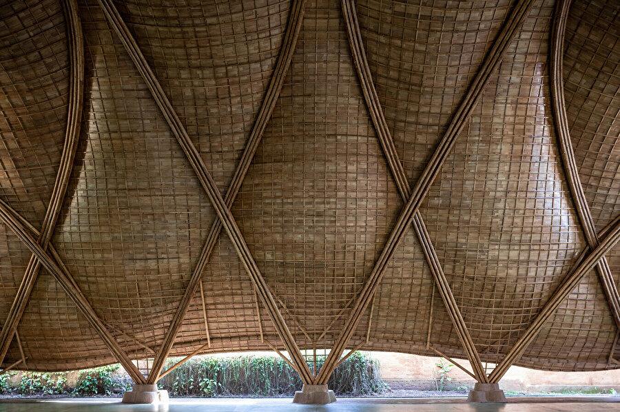 Kabuklar, tepede yükselen ince bambu kemerler arasındaki boşluğu örterek alana sıcak bir atmosfer katıyor.