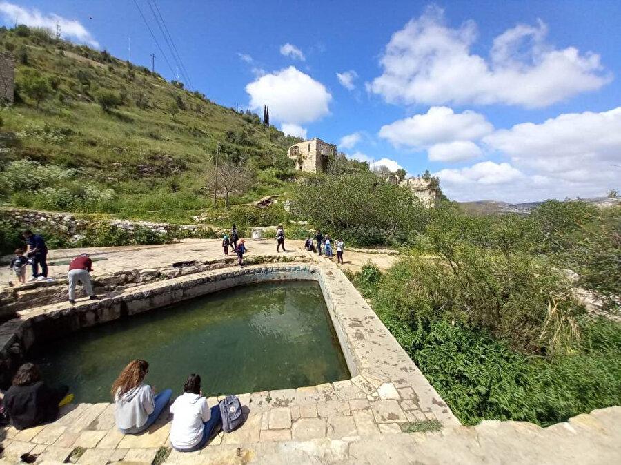 Yahudilerin burada yüzerek günahlarından arındıklarına inandıkları kasabanın merkezindeki göl.