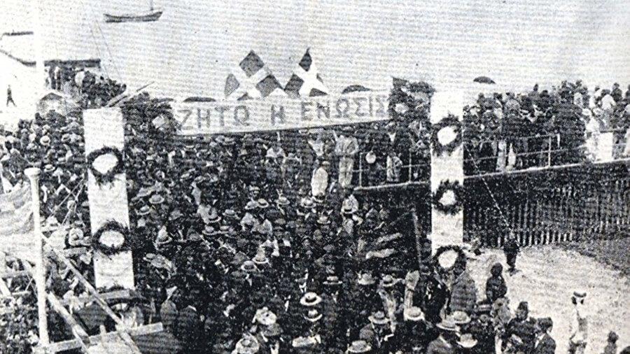 1930'larda Kıbrıs'ta enosis lehine yapılan bir gösteri.