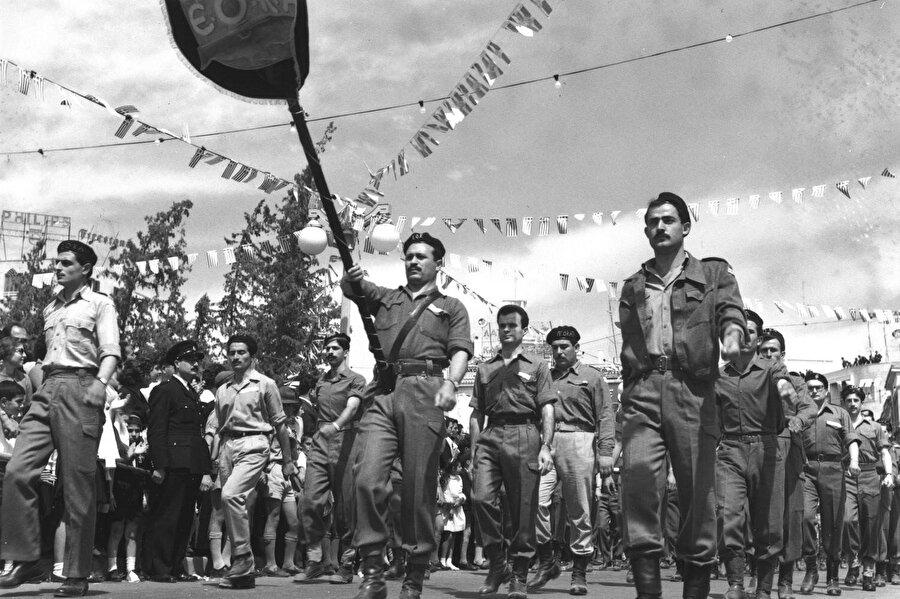 1 Nisan 1955'te EOKA, Lefkoşa, Larnaka, Limasol ve Gazimağusa'daki çeşitli İngiliz veya İngiliz bağlantılı tesislere -radyo istasyonları, mahkemeler, polis karakolları, askeri kamplar ve İngiliz yöneticilerin evlerine- eşzamanlı saldırılar başlatmıştı.