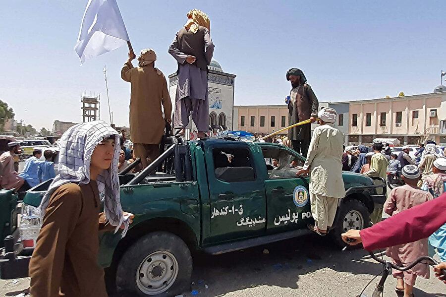15 Ağustos sabah saatlerinden itibaren Taliban Kabil'i teslim almaya başladı ve hükümet kanadından herhangi bir direnişle de karşılaşmadı.