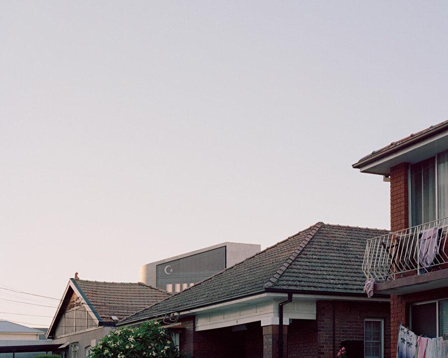 Mahalledeki 3 konutun Müslüman cemaat tarafından alınmasıyla cami için ekstra alan sağlanıyor.