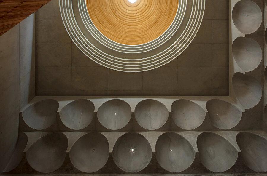 Punchbowl Camii'nin geleneksel mukarnaslardan yorumlanan kubbe sistemi.