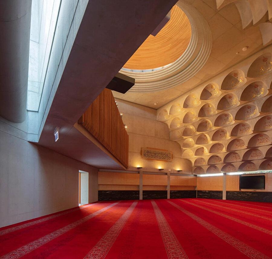 Küçük kubbelerin içinde Allah'ın 99 ismi yazıyor. Bu yüzden caminin adı 99 Kubbeli Cami olarak da biliniyor ancak yapıda ana kubbeyle birlikte 103 adet kubbe yer alıyor.