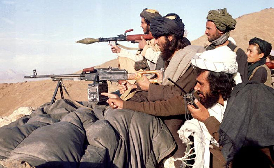 1995'te Afganistan'ın başkenti Kabil'i hedef alan saldırılarından önce şehrin güneyindeki cephe hattında tatbikat yapan Taliban militanları.