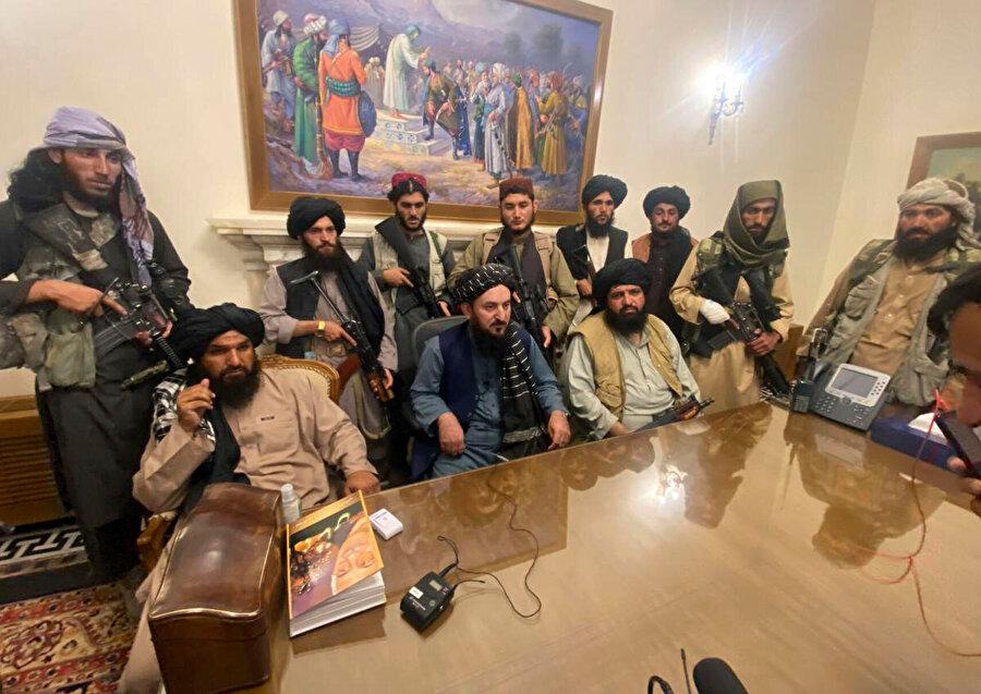 Devrik devlet başkanı Eşref Gani ülkeden ayrıldıktan sonra Afganistan başkanlık sarayının Taliban mensupları tarafından teslim alınması, 15 Ağustos, 2021.