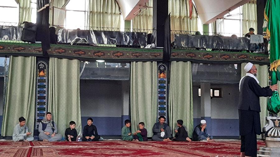 Daşti Barçi bölgesinde camilere akın eden Şii mezhebine mensup Hazaralar.
