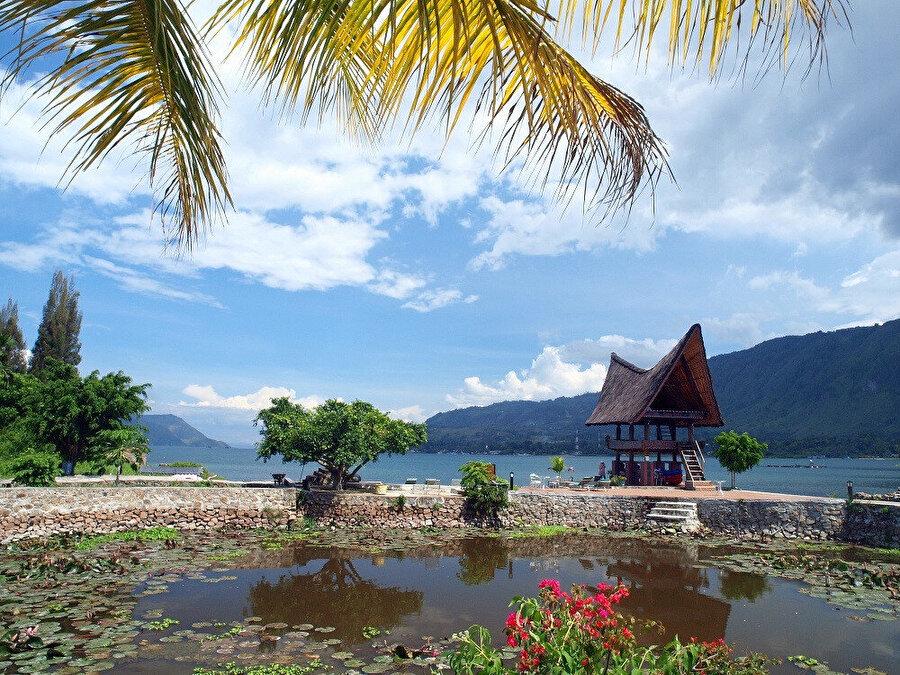 Sumatra adasının kuzey ucunda bulunur.