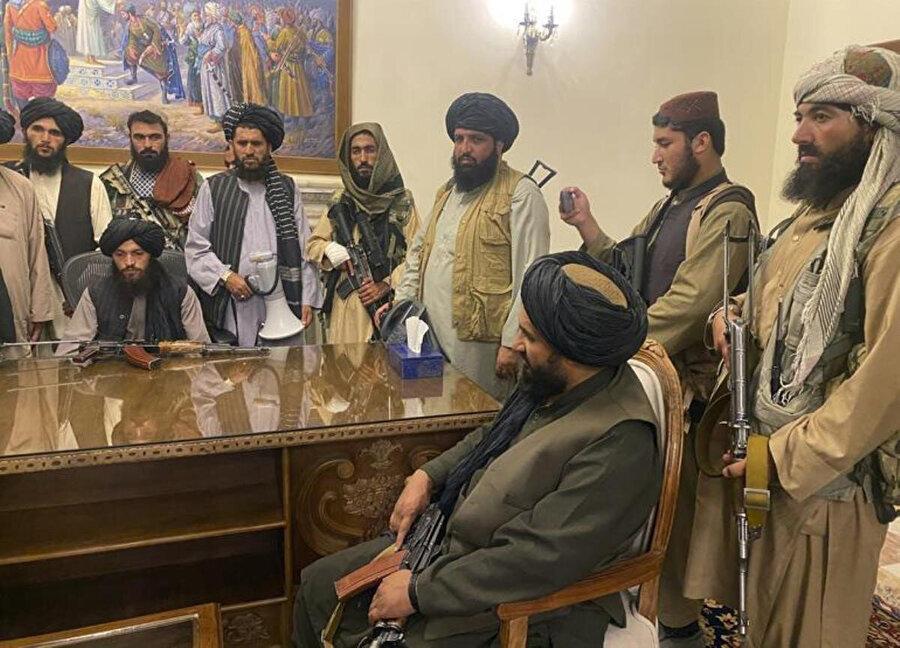 Taliban güçleri Kabil'i ele geçirdikten sonra ülkenin cumhurbaşkanlığı sarayında.