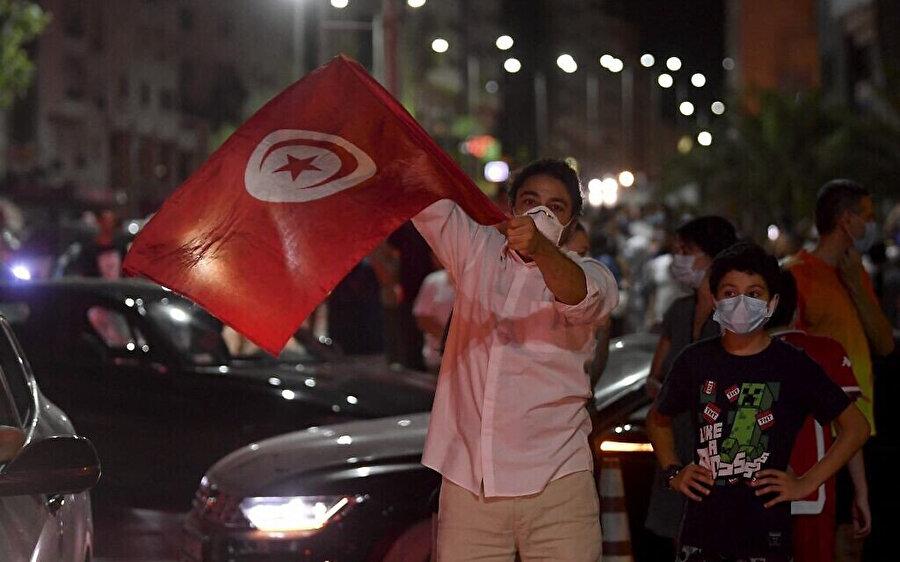 Tunusluların bir kısmı Said'in kararlarını darbe olarak nitelendirirken bir kısmı da sevinç gösterileriyle karşıladı.