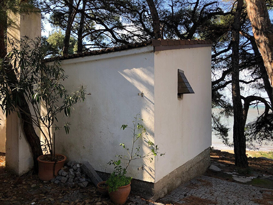 Gürel Yazlık Evi ön cepheye bakan yaşam ünitesi. Fotoğraf: Lâl Dalay