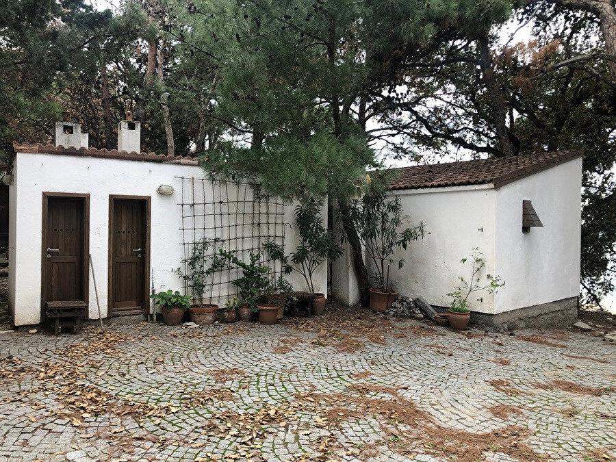 Gürel Yazlık Evi, yoldan giriş avlusu. Fotoğraf: Uluç Algan