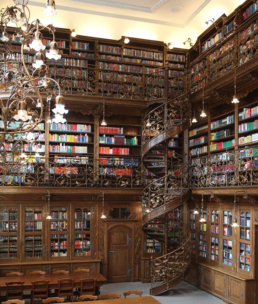 Münih Kütüphanesi de 4 bini aşkın Doğu el yazmasıyla oldukça önemli bir arşive sahip.