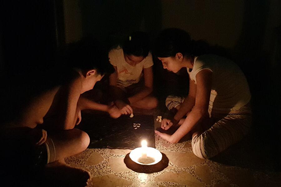 Ülkede aylardır süren akaryakıt krizinin elektrik şebekelerini de olumsuz etkilediği belirtiliyor.