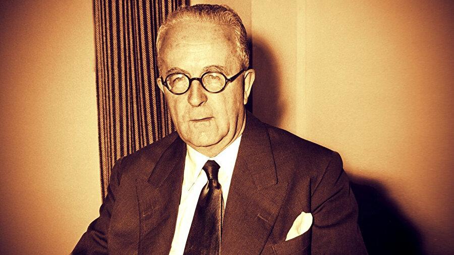 Hindistan ve Pakistan arasındaki sınırı masa üstünde çizen İngiliz avukat Sir Cyril Radcliffe.