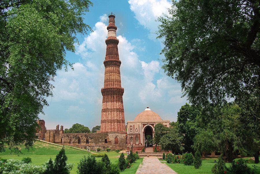 Kutub Minar, Delhi-Türk Sultanı Kutbettin Aybek tarafından 1192'de inşasına başlanmış yaklaşık 900 yıllık bir anıt eserdir.