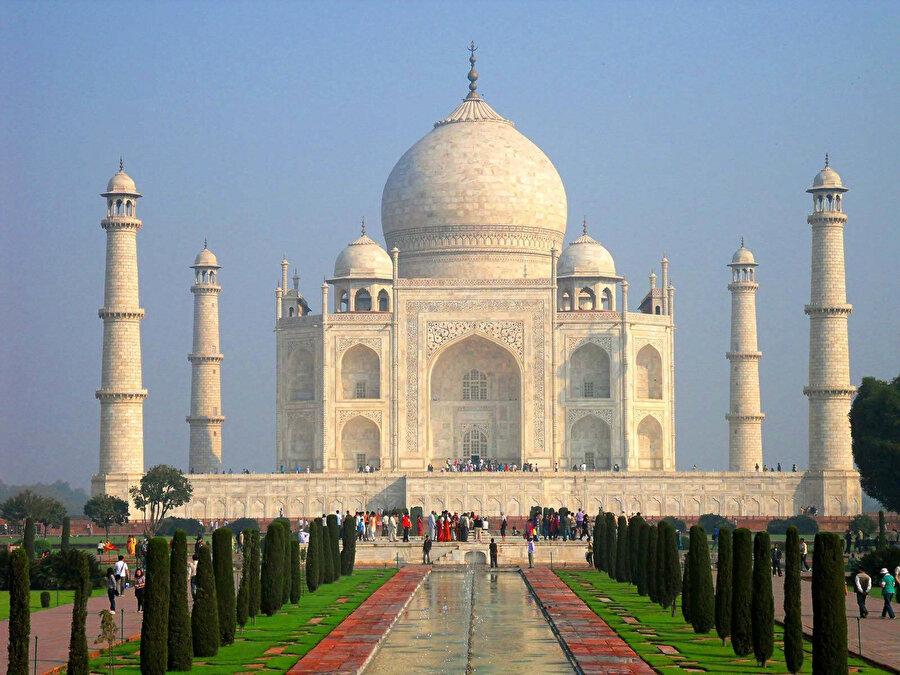 Hindistan denince akla ilk gelen eser Tac Mahal'dir ve Tac Mahal, bir İslam eseri olarak Hindistan'ın en önemli simgesi haline gelmiştir.